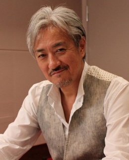 白いシャツを着ている声優の山路和弘