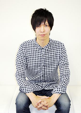 チェック柄のシャツを着ている声優の西田雅一