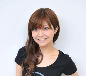 笑顔を浮かべている声優の伊瀬茉莉也